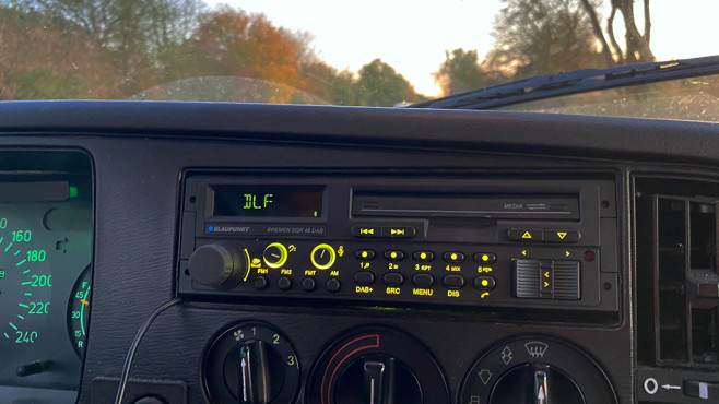 Blaupunkt Bremen SQR 46 DAB: Das Youngtimer-Digitalradio im Praxistest Am Blaupunkt Bremen SQR 46 DAB sind die Farbe vom Display und von der Tastenbeleuchtung feinstufig von rot über gelb bis grün und blau einstellbar, der Farbunterschied zwischen Display und Tasten ist tatsächlich kleiner als im Bild.©COMPUTER BILD