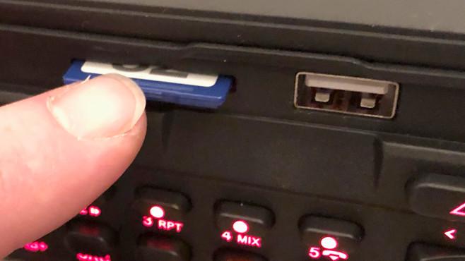 Blaupunkt Bremen SQR 46 DAB: Das Youngtimer-Digitalradio im Praxistest Statt wie früher ein Cassettenlaufwerk hat das Blaupunkt Bremen SQR 46 DAB einen Einschub für SD-Karten sowie einen USB-Anschluss. Ein zweiter USB-Anschluss lässt sich von der Radiorückseite in die Mittelkonsole verlängern.©COMPUTER BILD