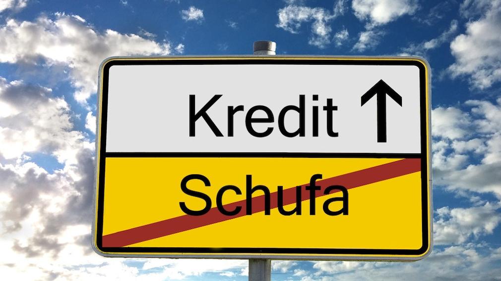 Schild mit Aufschrift Kredit und Schufa