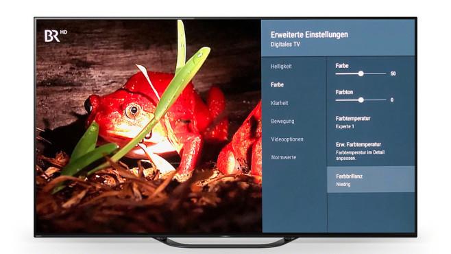 """OLED-Fernseher Sony AG8 im Test: Der Preisbrecher Der Sony AG8 verfügt über einen für Film- und TV-Wiedergabe optimierten Bildmodus: Wählen Sie dazu für jede genutzte Bildquelle den Modus True Cinema, schalten Sie außerdem weiter unten den Lichtsensor aus. Bei laufender HDR-Wiedergabe ist diese Einstellung erneut einmalig erforderlich. Wenn auch herkömmliches TV- und Filmmaterial ähnlich wie HDR aussehen soll, stellen Sie die Farbbrillanz und das Luminanzlevel jeweils auf """"niedrig"""".©Sony, COMPUTER BILD"""