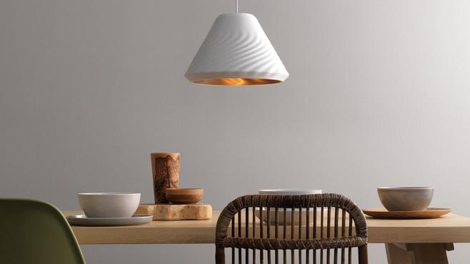 Signify-Leuchte hängt über einem Tisch©Signify
