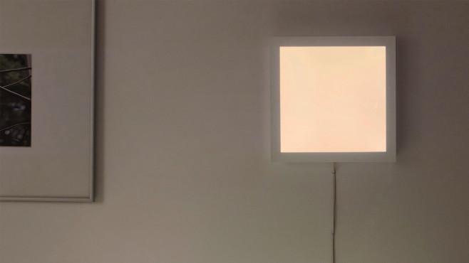 Gunarp-Panel hängt leuchtend an der Wand.©Inter IKEA Systems B.V.