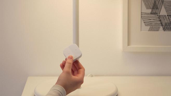 Hand halt kabellosen Tradfri-Dimmer von IKEA ©IKEA