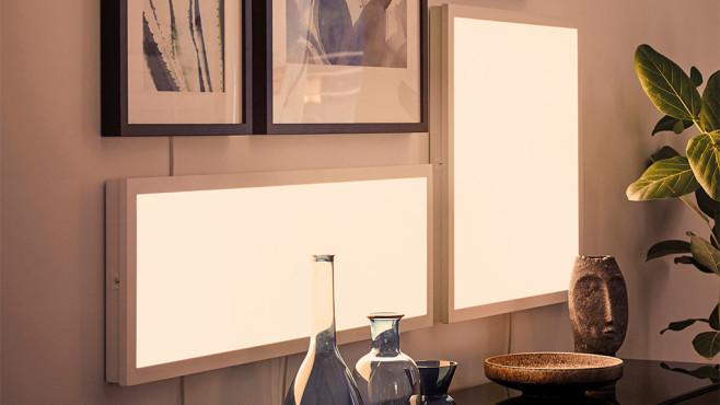IKEA-Lichtpanele hängen an der Wand und leuchten. ©IKEA