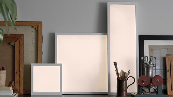 IKEA-Lichtpanele lehnen an der Wand. ©IKEA