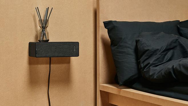 IKEA-Symfonisk-Lautpsrecher hängt als Regal an der Wand. ©IKEA