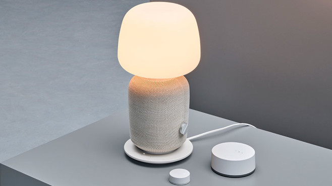 IKEA-Symfonisk-Leuchte steht auf einem Tisch. ©IKEA