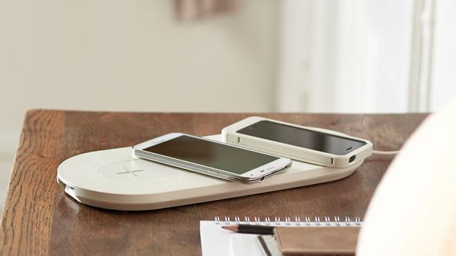 Smartphones liegen auf einem Nordmärke-Ladepad. ©IKEA