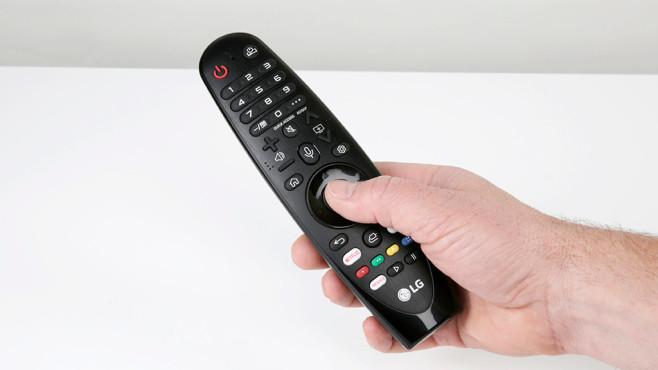 LG OLED B97LA: Der günstigste OLED-Fernseher im Test Die LG-Fernbedienung liegt gut in der Hand, per Handbewegung steuert sie einen Mauszeiger durch die Bildschirmmenüs.©COMPUTER BILD