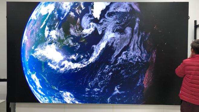 Samsung bringt Micro-LED-Fernseher: Der Anfang einer neuen Ära Samsung Micro-LED-Fernseher wird es in Bildschirmgrößen von 75 bis 292 Zoll geben, also mit 190 bis 740 Zentimetern (!!!) Bildschirmdiagonale. Im Bild ist der 146-Zöller genau dazwischen, mit 3,20 Metern Diagonale und 1,60 Metern Höhe immer noch ein Gigant.©COMPUTER BILD