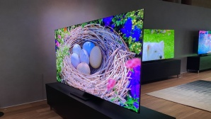 Neues Topmodell Q950TS: Samsung schafft den Rahmen ab! Samsung Q950TS: Der Fernseher h�ngt wie ein Bild an der Wand, so w�rtlich kann man das nur bei wenigen Fernsehern nehmen.©COMPUTER BILD