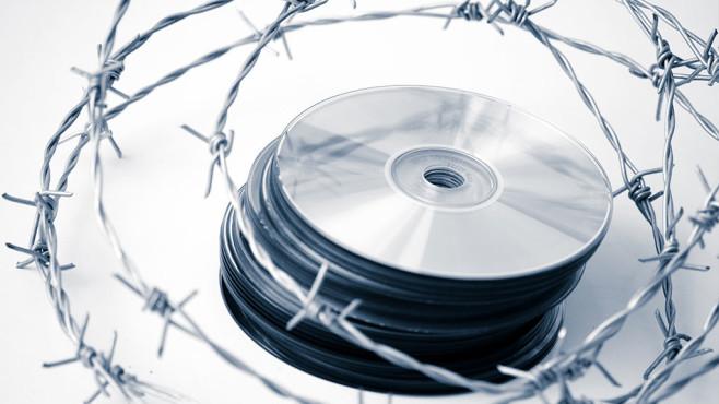 CD mit Stacheldraht©iStock/esolla