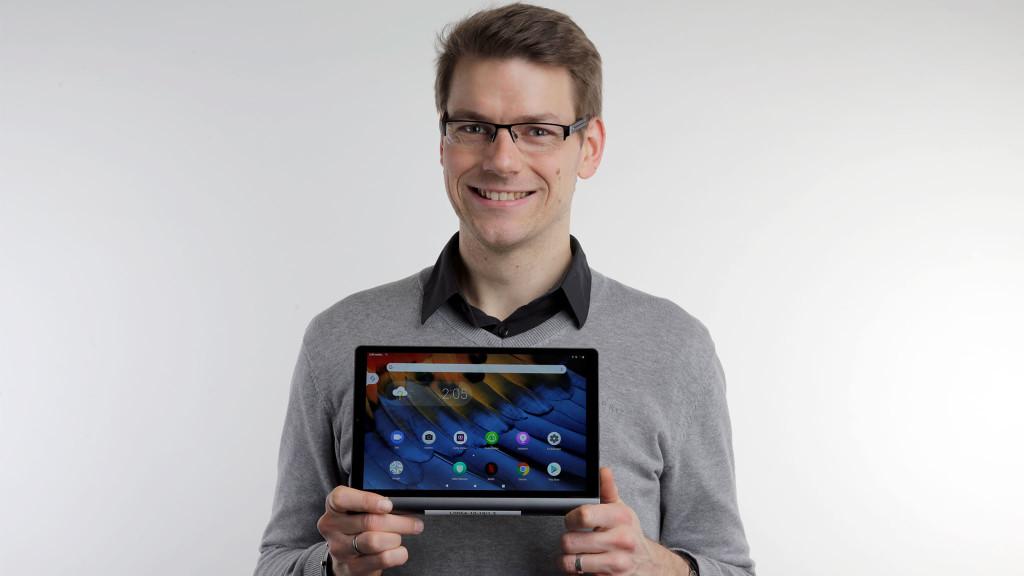 Redakteur hält das Lenovo Yoga Smart Tab in den Händen.©COMPUTER BILD