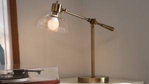 Leuchte mit smarter Lampe steht auf einem Schreibtisch©Ring