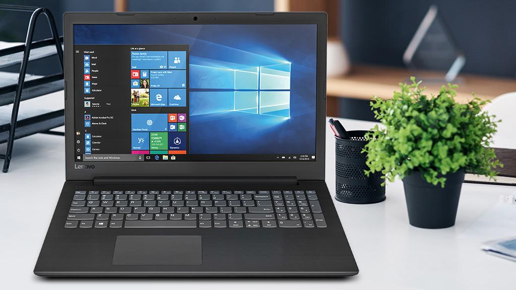 Das Lenovo V145-15 auf einem Schreibtisch neben einer Pflanze.©iStock.com/PeopleImages, Lenovo