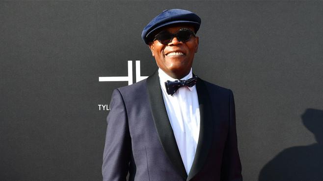 Schauspieler Samuel L. Jackson steht vor schwarzem Hintergrund.©gettyimages.de/Paras Griffin
