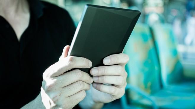 Mann liest auf einem eBook-Reader©pexels
