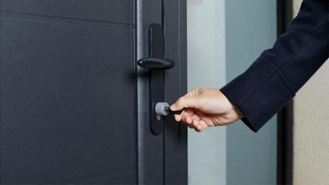 Hand mit Schlüssel schließt Tür auf©Netatmo