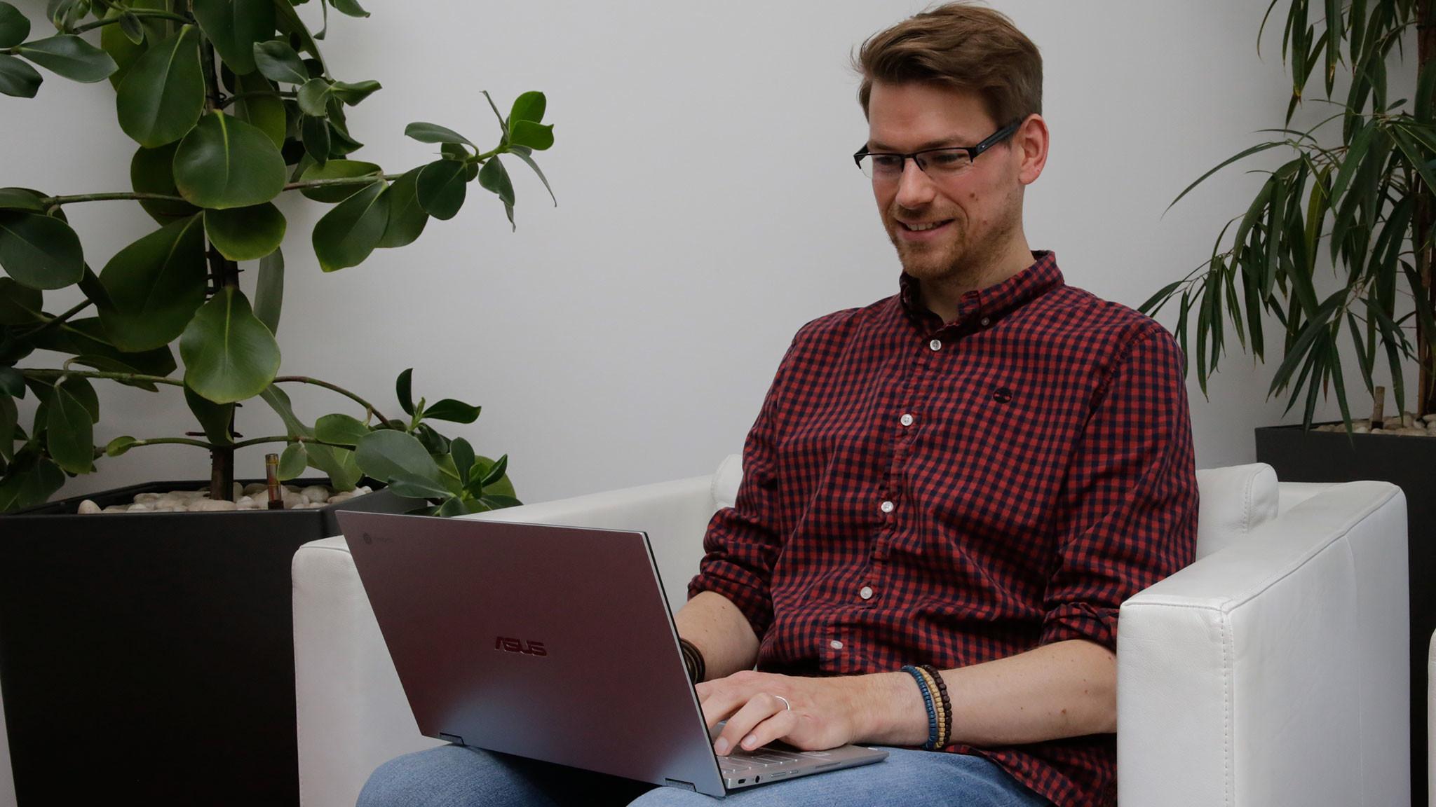 Redakteur tippt auf dem Asus Chromebook Flip C436©COMPUTER BILD