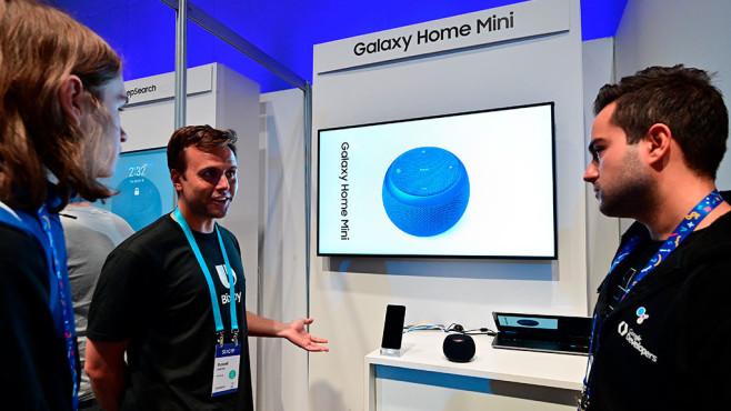Samsung-Mitarbeiter erklärt den Galaxy Home Mini©Samsung
