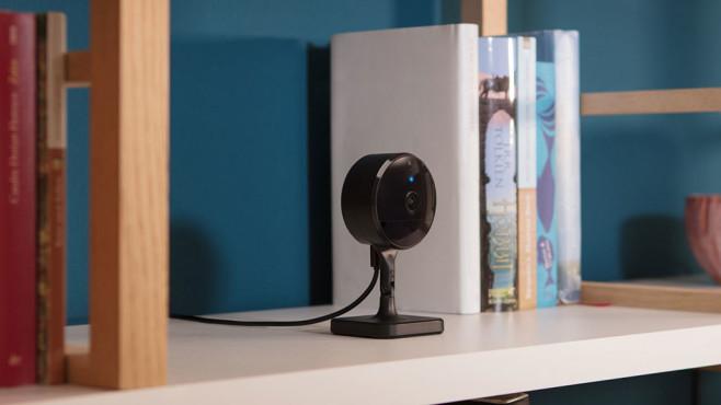 Die Eve Cam steht in einem Bücherregal©Eve