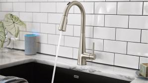 Aus dem smarten Wasserhahn U by Moen Smart Faucet l�uft Wasser.©Moen