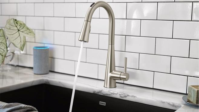 Aus dem smarten Wasserhahn U by Moen Smart Faucet läuft Wasser.©Moen