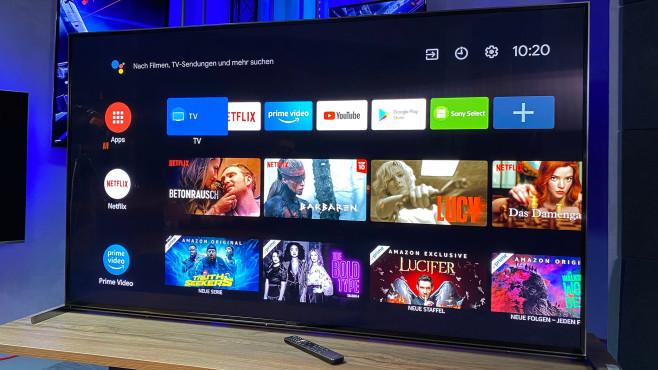 Sony Fernseher 2020: Top-Modelle mit LCD und OLED Beim 8K-Fernseher Sony ZH8 strahlen die Lautsprecher nach vorne ab, sind aber im Schatten unter dem Bildschirm versteckt. Die außenliegenden Füße sollen dem guten Klang nicht im Weg stehen.©COMPUTER BILD