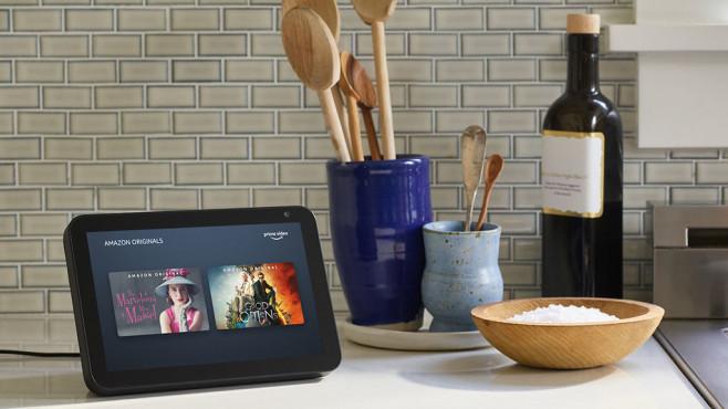 Echo Show steht in der Küche neben Kochutensilien©Amazon