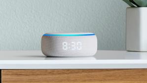 Amazon Echo Dot mit Uhr steht auf einem Schreibtisch.©Amazon