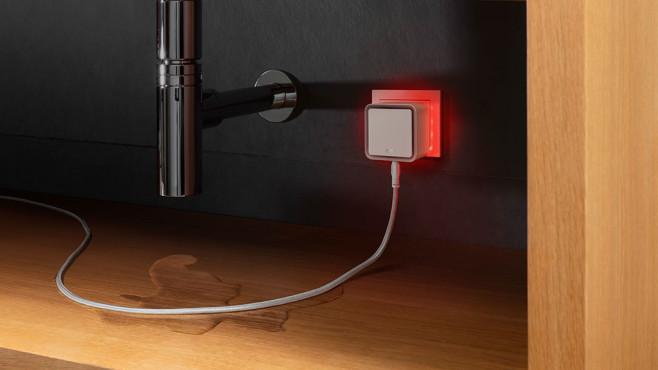 Eve Water Guard ist unter der Spüle angeschlossen und leuchtet rot.©Eve
