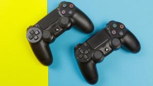 Zwei Playstation-Controller liegen auf buntem Untergrund©iStock.com/Fototocam