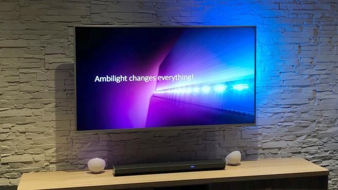 Philips-Fernseher 2020: Kleine Schritte statt großer Revolutionen. Die meisten Modelle warten mit Ambilight auf, dem farblich zum laufenden TV-Bild passenden Effektlicht auf der Geräterückseite.©COMPUTER BILD