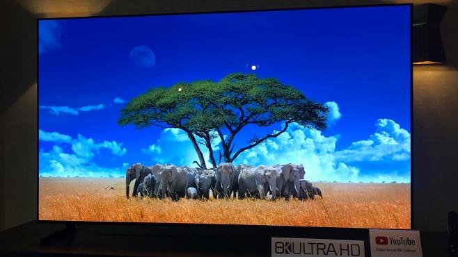 LG OLED TV 2020: Endlich auch in kompakter Größe! LG OLED 77ZX: Ab 77 Zoll ist das 8K-Modell lieferbar, alternativ in 88 Zoll (223 Zentimeter!) inklusive schickem Alu-Standfuß.©COMPUTER BILD