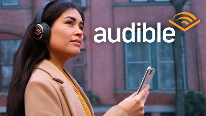 Frau hört ein Audible-Hörbuch über Kopfhörer©Audible