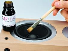 Ein Spezial-Lack soll die Klangqualität verbessern.