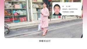 Person auf Straße im Bademantel©Twitter @xu_xiuzhong