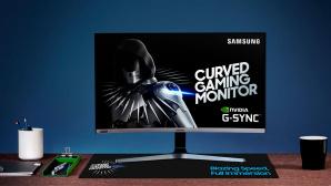Samsung C27RG5 steht auf einem Schreibtisch vor einer blauen Wand.©Samsung