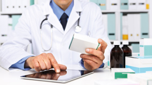 Arzt hält Video-Sprechstunde am Tablet©iStock.com/Visivasnc