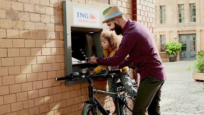 Kunden an einem ING-Geldautomaten©ING