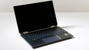 Hand hält HP Spectre x360 vor hellem Hintergrund©COMPUTER BILD