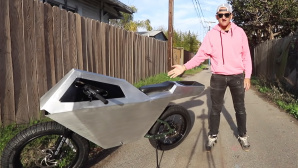 Casey Neistat mit Cyberbike © YouTube/Screenshot