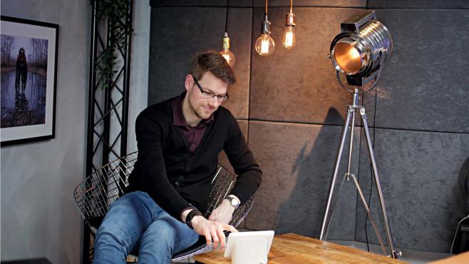 Redakteur tippt auf den Touchscreen des Nest Hub©COMPUTER BILD