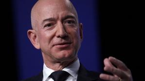 Amazon-Chef Jeff Bezos vor einem blauen Hintergrund©Alex Wong / Getty Images