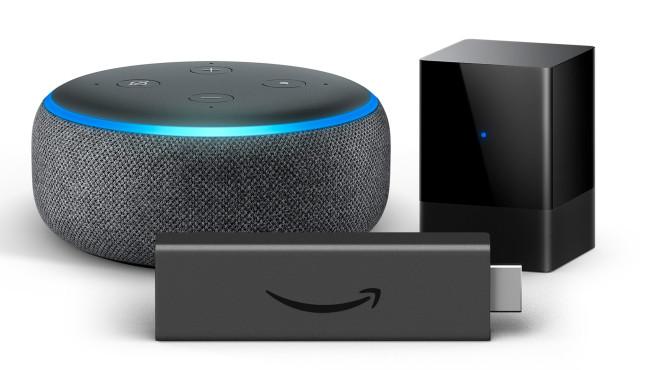 Amazon Echo Dot, Fire TV Blaster und Fire TV Stick vor weißem Hintergrund.©Amazon
