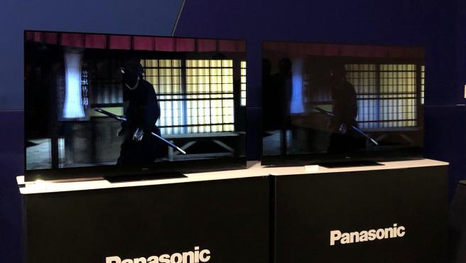 Panasonic Fernseher 2020: Die neuen TV-Modelle sind alltagstauglicher Dolby Vision IQ im Vergleich mit normalem Dolby Vision. Schon das gedämpfte Raumlicht lässt beim rechten OLED-Fernseher die Farben matt aussehen, die Leuchtkraft wirkt schwach. Links steht der neue Panasonic HXW2004 mit Dolby Vision IQ. Da erkennt der Raumlichtsensor die Umgebungshelligkeit und pusht das Bild entsprechend.©COMPUTER BILD