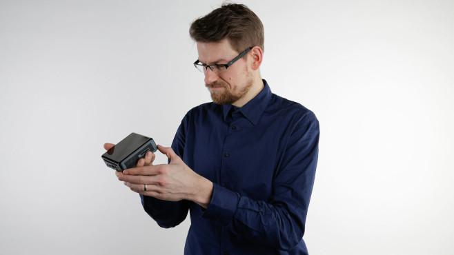 Redakteur hält Intel NUC in den Händen©COMPUTER BILD