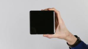 Hand hält den Intel NUC Mini-PC vor grauen HIntergrund©COMPUTER BILD