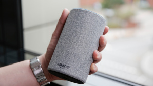 Hand h�lt Amazon Echo © COMPUTER BILD