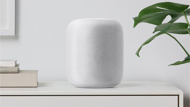 Apple HomePod in weiß steht auf einem Schrank.©Apple